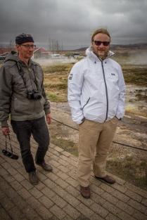 Matkanjohtaja Jorma Hermonen ja Mieskuoro Laulun Ystävien taiteellinen johtaja Juha Järvinen menossa katsomaan Geysiriä.