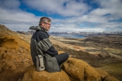 Rikinkatkuinen ja epätodellisen värikäs maisema avautui Reykjavikin eteläpuolella olevalla alueella. Kuvassa kirjoittaja, Reima Orvasto.
